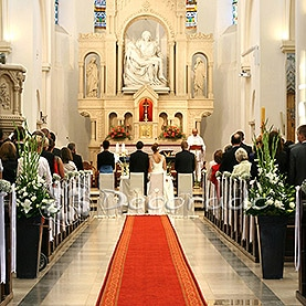 Prosta i elegancka dekoracja kościoła Matki Boskiej Bolesnej