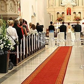 Proste kwiaty i wstążki – dekoracja ślubna kościoła Matki Boskiej Bolesnej