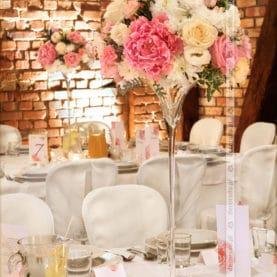 Kwiaty, szkło i światło – dekoracja ślubna w Villa Natura
