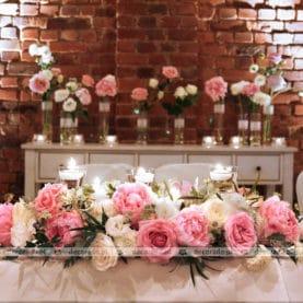 Piwonie i róże w dekoracji ślubnej