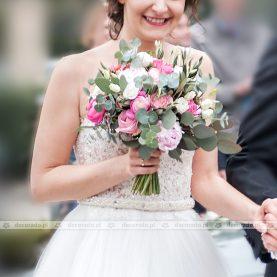 Kwiaty z eukaliptusem w bukiecie ślubnym