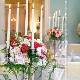 Intensywne odcienie kwiatów otoczone zielenią  – Pałac Iwno