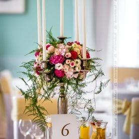 Amarant, róż, biel, zieleń – żywe kolory kwiatów w dekoracji sali Pałacu Iwno