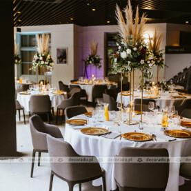 Trawa pampasowa, żywe kwiaty, złote dodatki – dekoracja ślubna sali – Młyńska 12