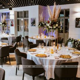 Dekoracja ślubna w Restauracji Młyńska 12 – trawa pmpasowa i złoto