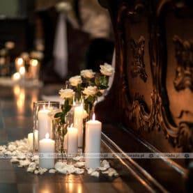 Kwiaty, szkło, świece – aranżacja ślubna w Katedrze Poznańskiej