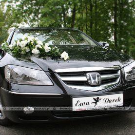 Dekoracja auta na ślub – kompozycja w bieli na masce