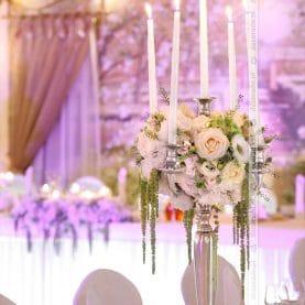 Elegancja naturalnych kwiatów w świetle świec – Pałac na Opieszynie