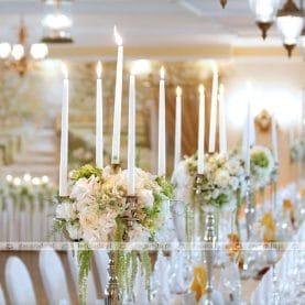 Naturalne kompozycje kwiatowe z szarłatem na kandelabrach – wesele w świetle świec w Pałacu na Opieszynie