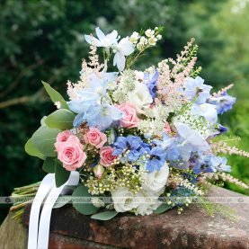 Róż i biel z dodatkiem niebieskich akcentów