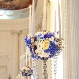 Kandelabry z kwiatami – dekoracja stołów w Pałacu w Rydzynie