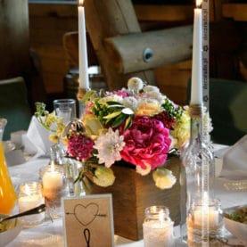 Kwiaty w drewnianych skrzyneczkach – naturalna dekoracja ślubna