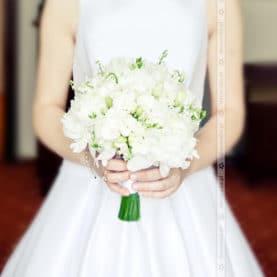 Elegankca biel w bukiecie ślubny