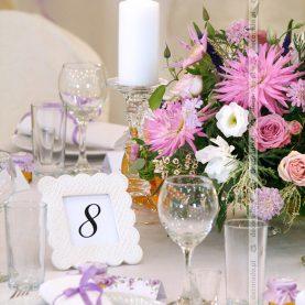 Kwiaty w świetle świec – dekoracja ślubna w Pałacu w Wąsowie