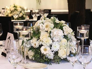 Kwiaty w blasku świec – dekoracja w Hotelarni