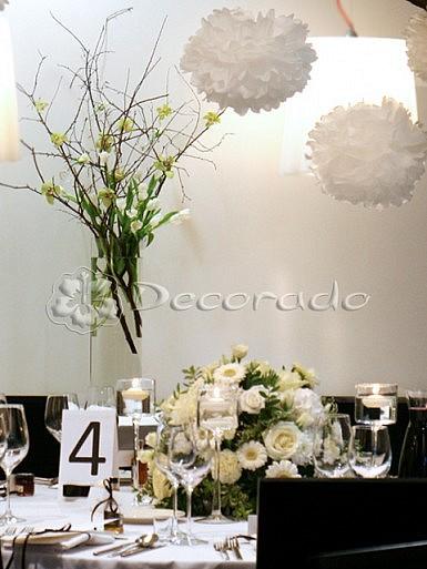 Nowoczesna aranżacja w szklanym wazonie – dekoracja sali w Hotelarni