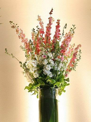 Kwiaty w blasku reflektorów – dekoracja sali w Hotelu Remes