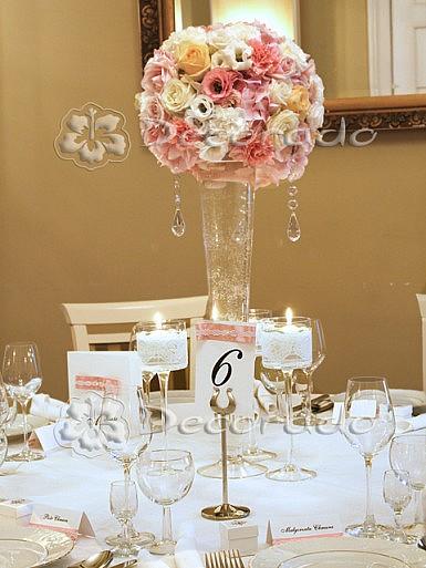 Dekoracja slubna stołu – kwiaty w koronkowej oprawie